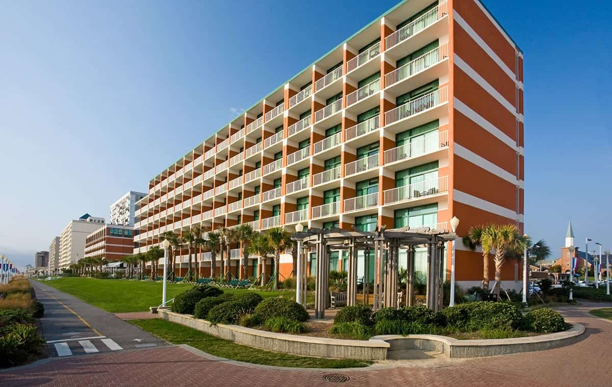 Virginia Beach hotel - Holiday Inn and Suites exterior